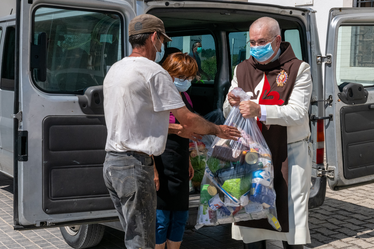Arautos distribuem cestas solidárias (Vídeo)